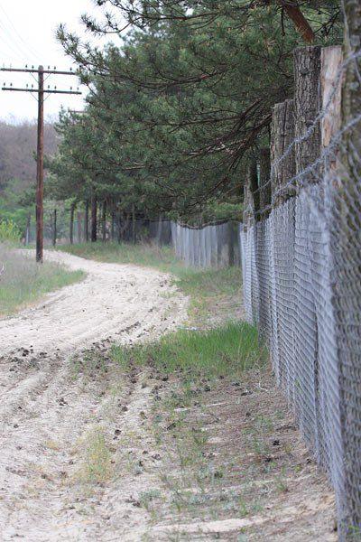 А сюда посторонним вход запрещен! Забор и контрольно-следовая полоса на объекте некоего, как говорят местные жители, «генерала».