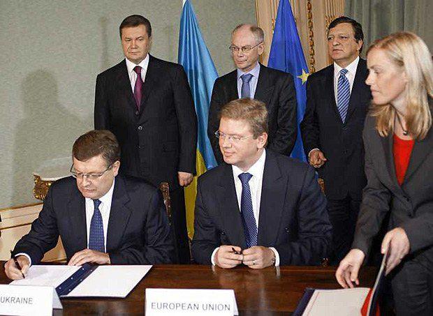Константин Грищенко(слева) и член Европейской Комиссии по вопросам расширения и европейской политики соседства Штефан Фюле(справа) во время подписания Соглашения о партнерстве и сотрудничестве Украины и Европейских Сообществ