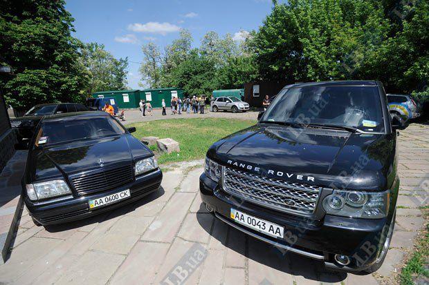 Священник, запечатленный на предыдущем фото(в центре) признал, что Range Rover принаджлежит ему