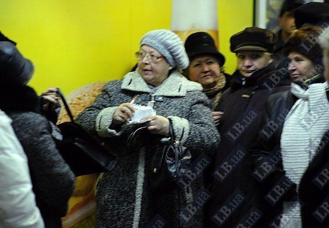 В центре - женщина-организатор, выдающая деньги