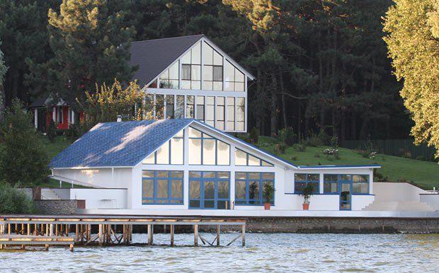 «Дачный домик» и купальня. Кстати, с берега эта «фазенда» не видна.