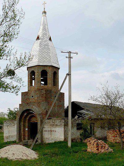 В туристичних Пекарях оглянути можна хіба що церкву-склад, з написом «Не курить»