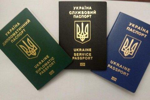 Порошенко поддержал замену русского языка в паспортах на английский