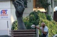 В Донецке к приезду Януковича помыли памятники