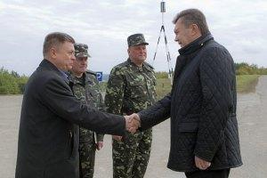Янукович провел встречу с главой Минобороны