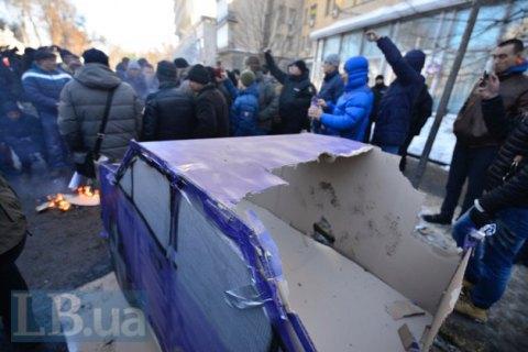 Біля комітету Ради спалили картонний макет автомобіля