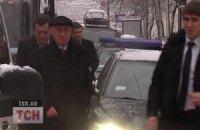 Снег заставил Азарова ходить пешком с охраной по киевским улицам
