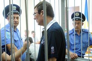 Прокуроры по делу Луценко застряли в толпе под судом