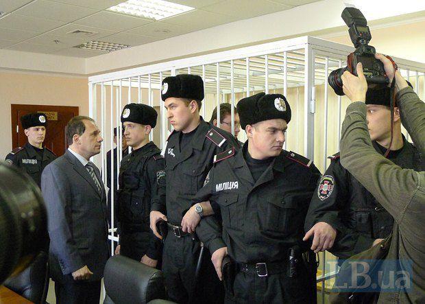 Фомин общается с подзащитным в перерыве одного из судебных процессов