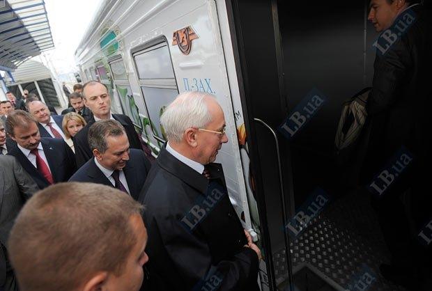 LB.ua.  Сегодня премьер-министр Николай Азаров первым прокатился на кольцевой электричке вокруг Киева.