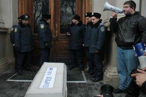 """Во Львове """"хоронили"""" невыполненные обещания Януковича"""