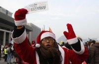 Тысячи Санта-Клаусов в Сеуле потребовали ареста президента Кореи