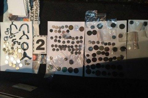 Контрабандист хотів вивезти з України меч ХIV століття і старовинні монети (фото)