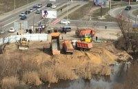Озеро на Позняках в Киеве начали обносить забором