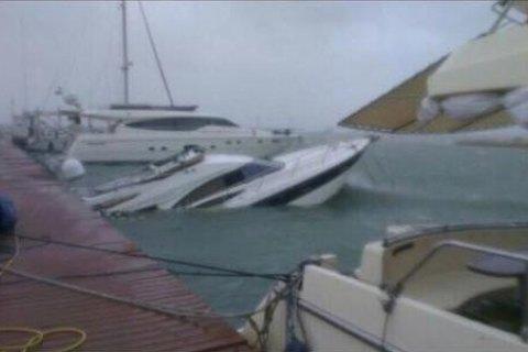 Из-за шторма вОдессе затонули яхта итурецкая шхуна