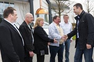 """Пока оппозиция пыталась """"отставить"""" Азарова, Кличко раздавал """"Мерседесы"""" немецким любителям пива"""