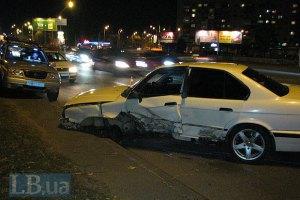 ДТП в Киеве: в результате сильного лобового столкновения у автомобилей отлетели передние колеса