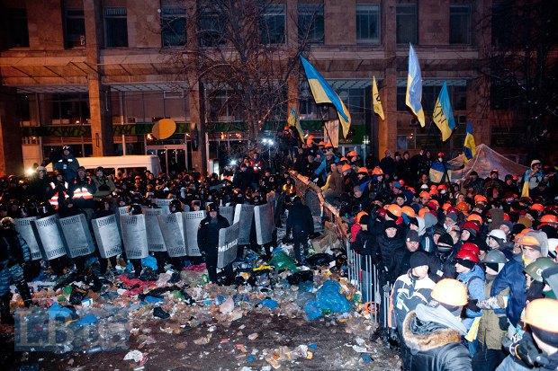 Разбор баррикад со стороны Михайловской