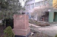 В Мариуполе чиновница спрятала памятник Феликсу Дзержинскому