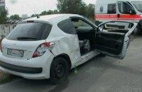 В Киеве на Троещине Peugeot слетел з дороги и зацепил столб, водитель госпитализирован