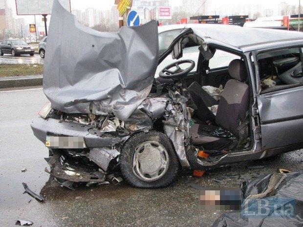 ВКиеве фура уничтожила легковую машину, есть погибший
