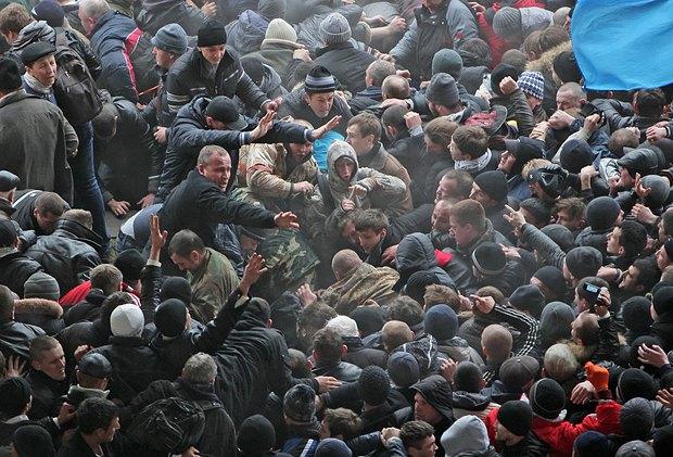 Столкновения сторонников Украины и сторонников России под Совмином Крыма в Симферополе 26 февраля 2014 года
