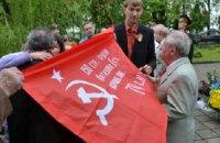 Коммунисты Ивано-Франковска развернули красные знамена на кладбище
