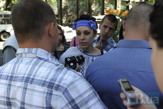 Пятеро человек с веткой каштана попытались пройти к активистам Компартии.