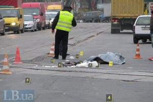 В Киеве грузовик переехал на переходе женщину и скрылся