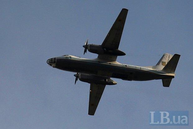 В небе над площадью был замечен украинский военный самолет