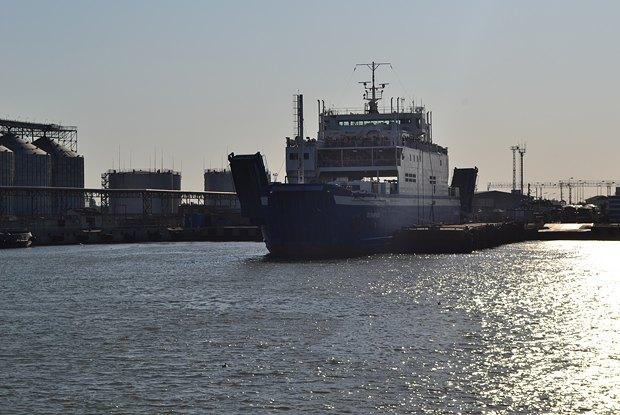 Паром в порту Керчи