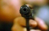 В Киеве на парковке ТЦ неизвестные со стрельбой ограбили мужчину
