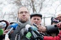 Власенко встретился с Тимошенко: ее дальше мучают боли в спине