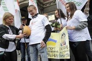 Активисты Наливайченко принесли Арбузову паспорт