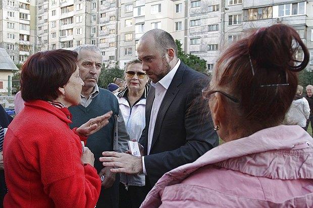 Столар - в центрі - під час зустрічі з виборцями
