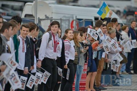 """В Киеве в День вышиванки создали """"живую цепь"""" единства"""