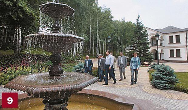 Резиденция Президента - место, куда Виктор Янукович приглашал журналистов. Это именно тот дом (619,6 кв. м) с участком в 1,7 га, который признает Янукович. Президент эту резиденцию вначале арендовал, а в 2008 году выкупил.