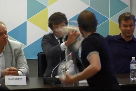 В замминистра финансов Сергея Марченко студенты бросили торт (фото, видео)