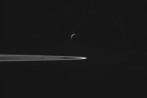 NASA показала фотографии с пролета Cassini через гейзеры спутника Сатурна
