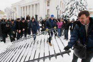 Милиция займется поврежденным забором возле Рады
