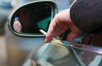 Рада намерена запретить курить за рулем