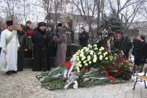 Янукович отправил письмо и цветы на могилу Кушнарева