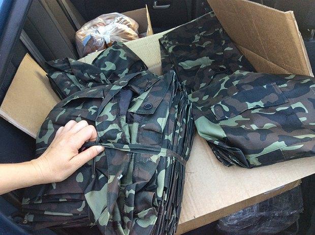 На фото, збережених на планшеті, є й придбані для військових камуфляжі