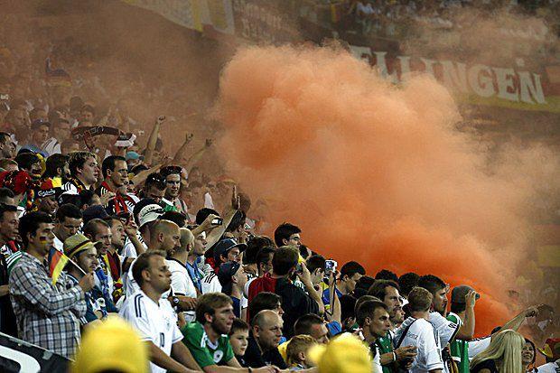 Дым на трибунах фанатов сборной Гемании во время матча во Львове