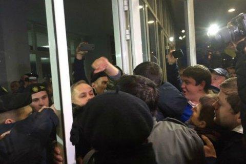 В Кривом Роге в здании горсовета произошли стычки между полицейскими и митингующими