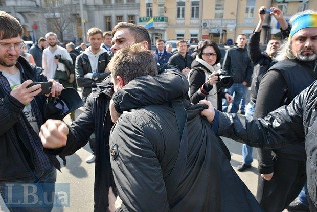 Мужчина пытался помешать протестующим проводить митинг