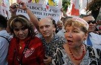 Возле суда произошла потасовка между сторонниками и противниками Тимошенко