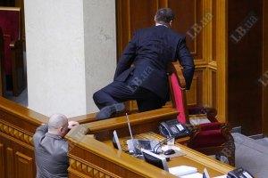 """""""Регионалы"""" взяли под контроль парламентскую трибуну"""