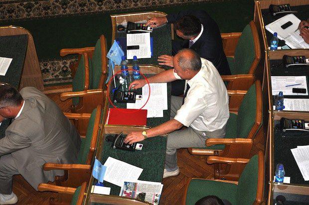 Заступник голови Хмельницької ОДА Микола Катеренчук голосує за себе і свою колегу