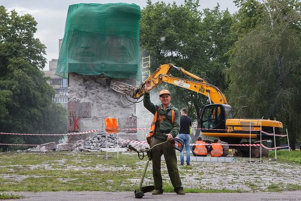 Пам'ятник чекістам у Києві спробували знести гідромолотом (оновлено) (фото)